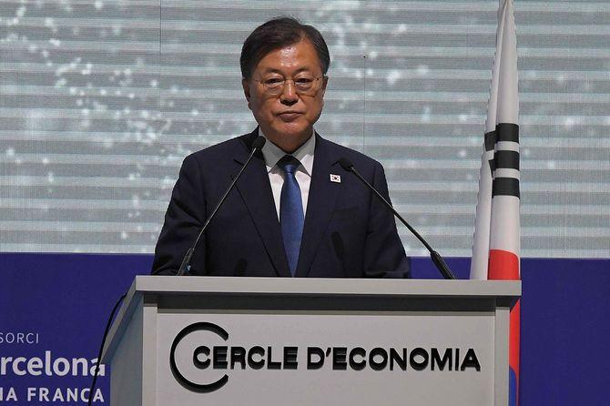 スペイン・バルセロナで開催された経済フォーラムでスピーチをする韓国の文在寅(ムン・ジェイン)大統領