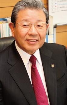<strong>小野市長 蓬莱 務</strong>●1946年、兵庫県小野市生まれ。69年関西大学経済学部卒業、金井重要工業入社。73年分社化でトクセン工業へ転籍。総務・人事統括部長などを歴任。前市長が汚職で退任したことから、99年小野市長選に立候補し当選。2003年と07年は無投票で再選され、現在3期目。10年より近畿市長会会長を務める。