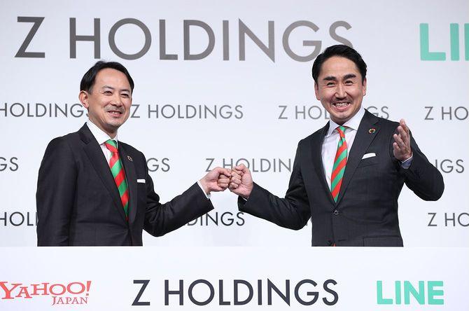 記者会見で撮影に応じる、Zホールディングス(HD)共同最高経営責任者(CEO)の川辺健太郎氏(左、ZHD社長)と出沢剛氏(LINE社長)=2021年3月1日、東京都港区