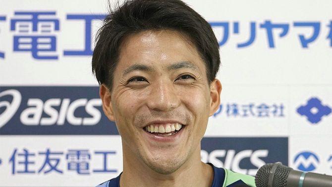 男子100メートル決勝で9秒95の日本新記録をマークして優勝し、笑顔で記者会見する山県亮太(セイコー)=2021年6月6日、鳥取市のヤマタスポーツパーク陸上競技場[代表撮影]
