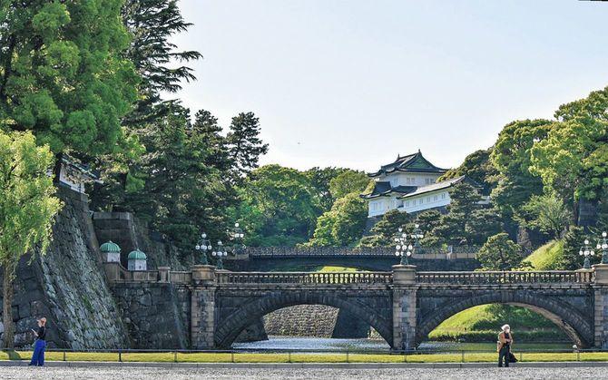 江戸城の眼鏡橋(手前)と二重橋(奥)から伏見櫓を望む。