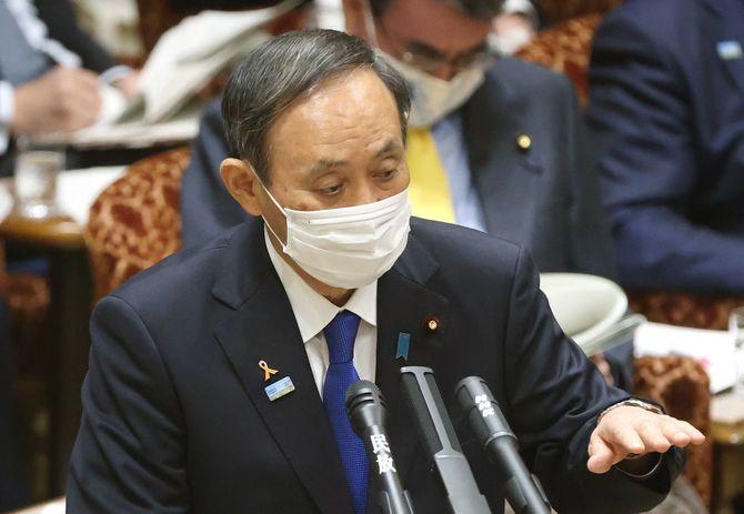 参院予算委員会で答弁する菅義偉首相=2020年11月5日、国会内