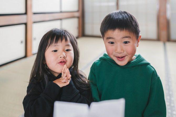 正月にお年玉をもらう日本の子供たち