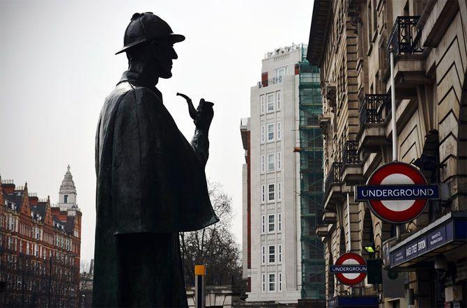 ロンドン地下鉄のベイカー・ストリート駅そばに立つシャーロック・ホームズの銅像