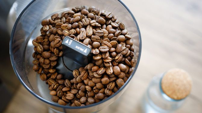 グラインダーでコーヒー豆を挽く