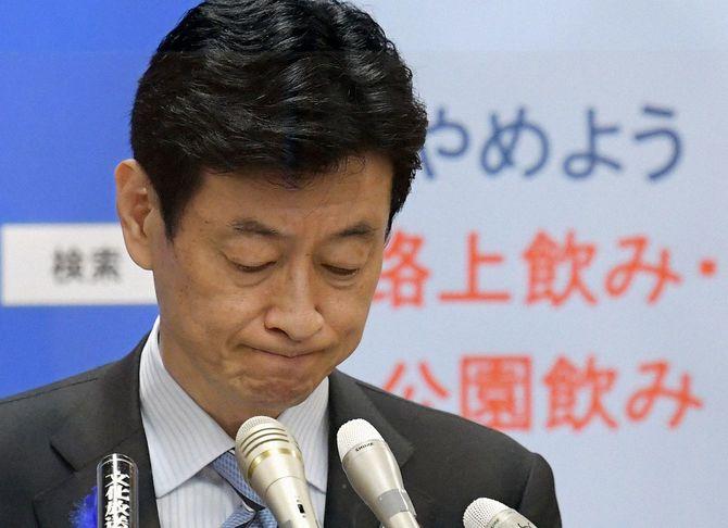 自らの発言について記者団の質問に答える西村康稔経済再生担当相
