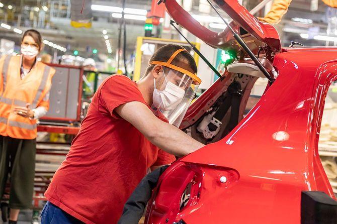 マスクを着用して組み立て作業を行うトヨタ・フランス工場の従業員