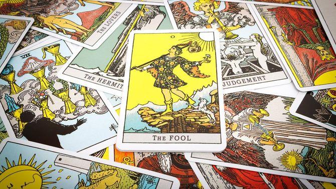 タロットカード。手前に愚者のカード