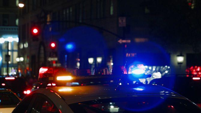 夜道でサイレンを鳴らしたパトカー