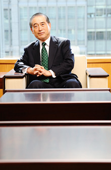 <strong>JFEHD 數土文夫 社長</strong>●1941年、富山県生まれ。北海道大学工学部冶金工学科卒業後、旧川崎製鉄に入社。2001年川崎製鉄社長、03年JFEスチール社長を経て05年から現職。「試合後仲間のいい点をコメントする、大リーグの岩村選手は素晴らしい」。