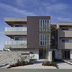 高い環境性能を誇る次世代賃貸住宅の扉…