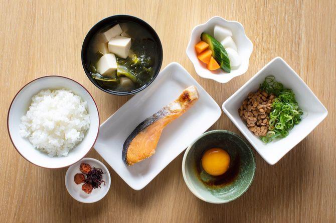 典型的な和食の朝食、昼食
