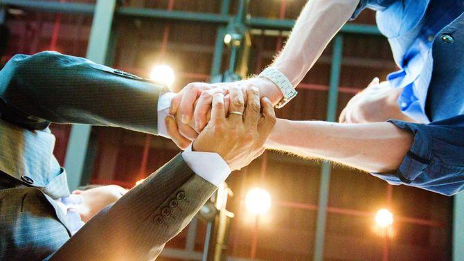 2人のビジネスパーソンが握手している、下からのショット