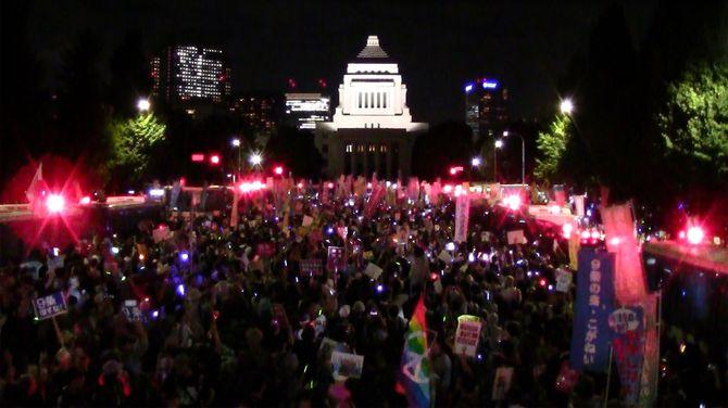 安全保障関連法案に反対し、国会前で抗議するデモの参加者=2015年9月14日夜、東京・永田町