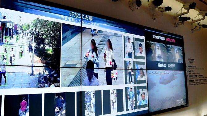 多数のカメラと「交通違反者暴露台」のモニター