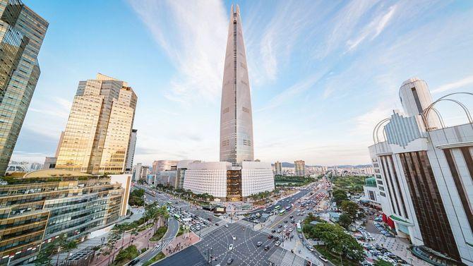 ソウル、ロッテワールドタワーがそびえるソンパ区の街並み