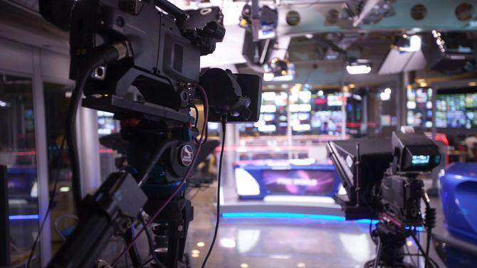 テレビスタジオに並ぶカメラ