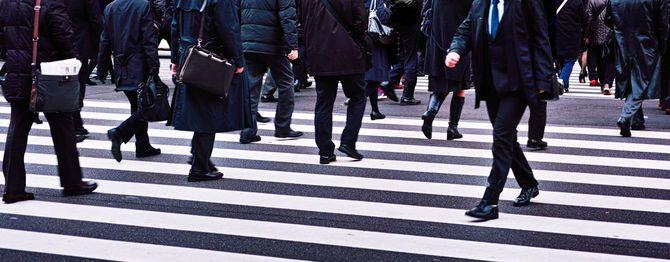 横断歩道を歩く群衆