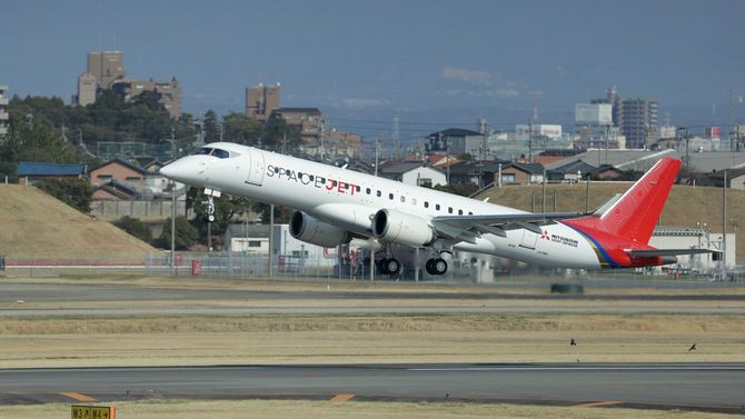 初飛行する三菱航空機の小型ジェット旅客機「スペースジェット」の最新試験機=2020年3月18日、愛知県豊山町の県営名古屋空港
