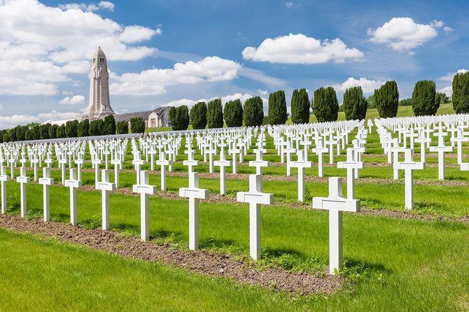 第一次世界大戦中、独仏両軍合わせて70万人もの死傷者を出した「ヴェルダンの戦い」(1916年)の、フランス軍戦死者を祀るドゥオモン納骨堂(奥の塔のある建物)と、その前に並ぶ1万6000本の墓碑の一部。