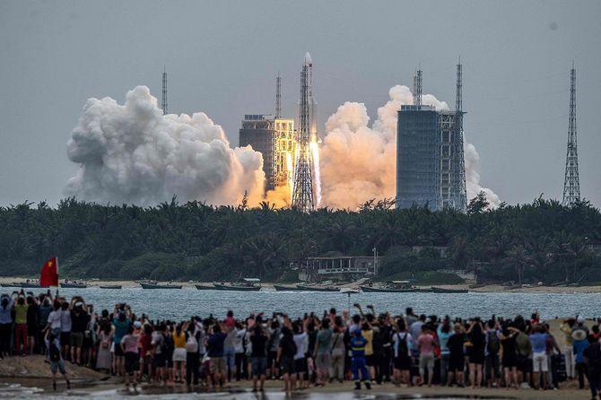 中国・海南省の文昌発射場から、有人宇宙ステーションのコアモジュールを積んで打ち上げられる大型ロケット「長征5号」