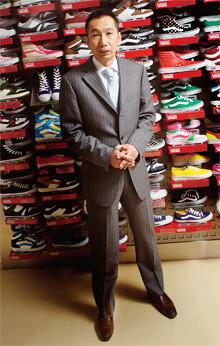 <strong>ABCマート社長 野口 実</strong>●1965年、岐阜県生まれ。中央大学経済学部卒業後、シヤチハタ東京商事を経て、91年、ABCマート入社。現場での販売などを経て、2002年、小売営業部長に就任。在庫管理を徹底するためのシステムづくりに大きく貢献する。04年、常務、営業本部長。07年より現職。