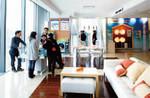 上海のソリューションプラザは、プロショップの営業マンから個人の顧客までさまざまな人でにぎわう。