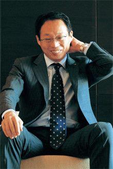 <strong>岡田武史</strong>●1956年、大阪府生まれ。早稲田大学政治経済学部卒業後、古河電気工業(日本サッカーリーグ)で活躍。ユース代表、ユニバーシアード代表、日本代表にも選抜される。現役引退後は、ドイツへのコーチ留学を経てクラブチームのコーチ、コンサドーレ札幌、横浜F・マリノス、日本代表の監督を歴任し、現在に至る。