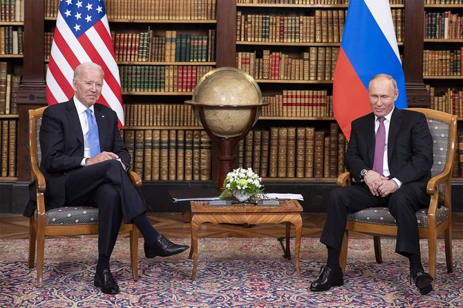 会談に臨むバイデン米大統領(左)とロシアのプーチン大統領(スイス・ジュネーブ)=2021年6月16日