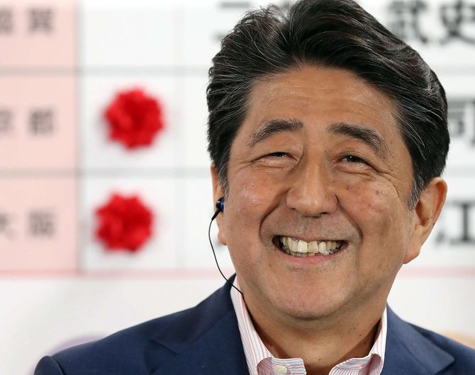参議院選挙の結果に笑顔を見せる安倍晋三首相=2019年7月21日