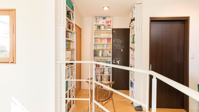 天井まで届く本棚のある空間