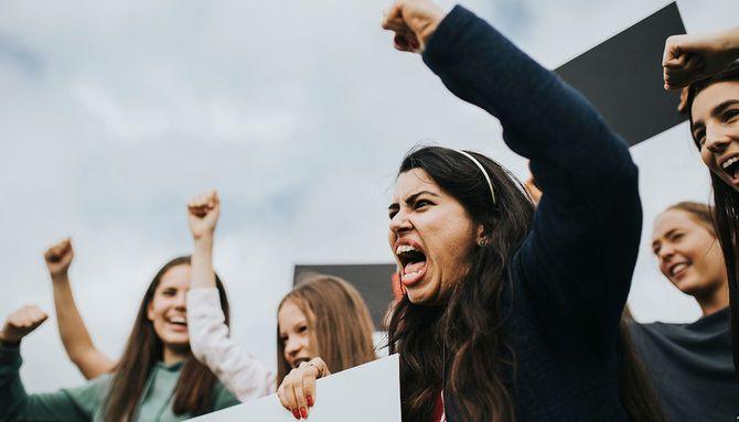 怒っている女性活動家のグループ