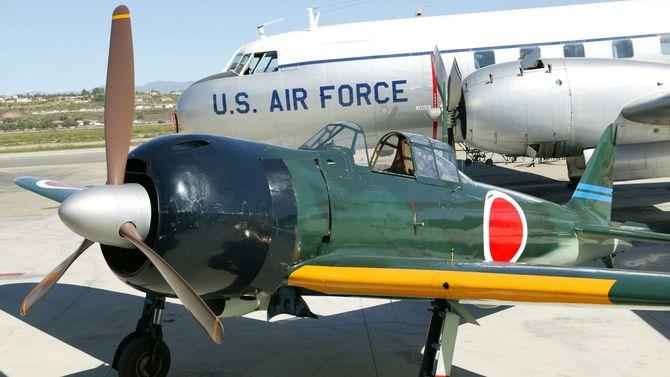 アメリカ空軍機の近くに零式が駐機している