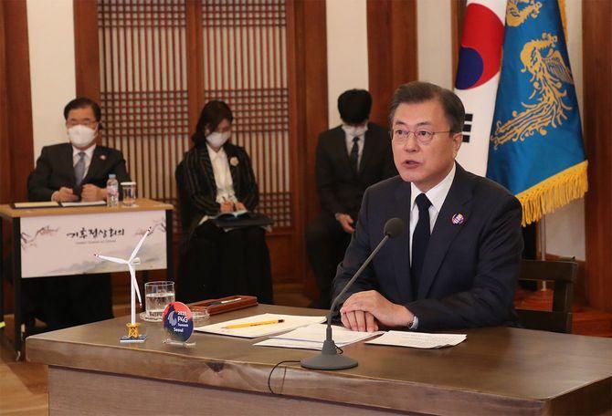 韓国・ソウルの大統領府で開催されたバイデン米大統領主催の「地球の日」仮想気候リーダーズサミットで発言する韓国の文在寅大統領=2021年4月22日