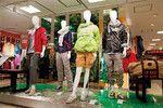 小田急百貨店新宿店では、スポーツ売り場に並ぶ高機能アイテムを旅行用として提案。