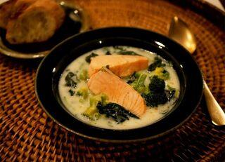 緑の野菜と鮭のクリームスープ