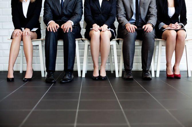就職面接を待つ人々