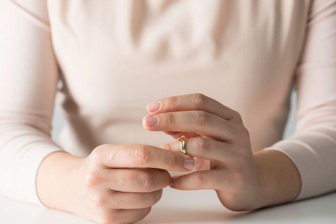 女性が結婚指輪を外す瞬間
