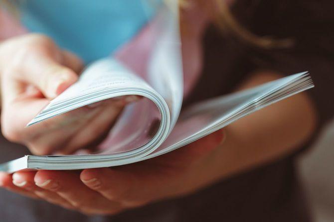 雑誌をめくる女性の手元
