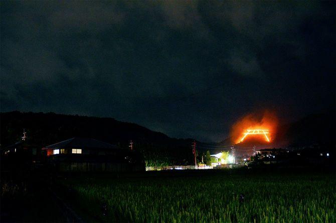 京都・五山の送り火の鳥居型(本来は鳥居型だが、2020年は「点」だけだった)