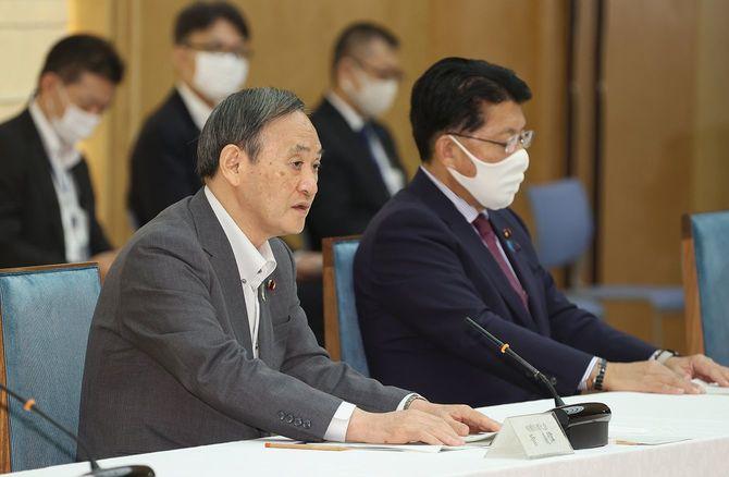 デジタル改革関係閣僚会議で発言する菅義偉首相(左)。右は平井卓也デジタル改革担当相=2020年9月23日、首相官邸