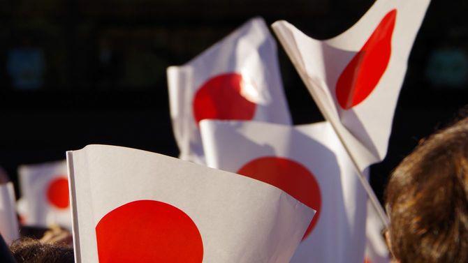 お祝いで旗を振る人々