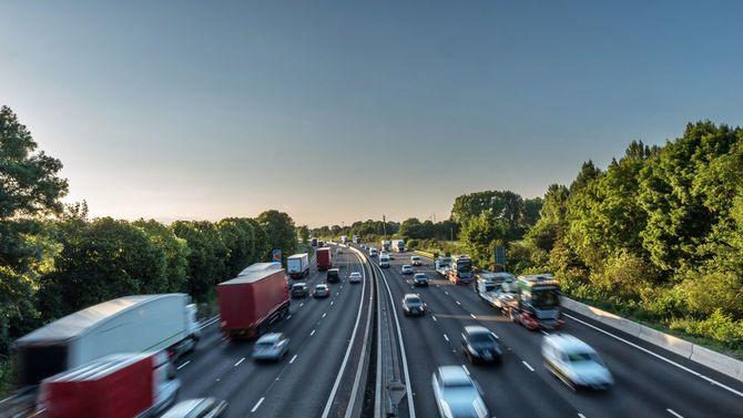 夕暮れ時のイギリスの高速道路