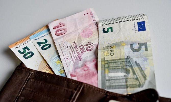 現代トルコの創始者ムスタファ・ケマル・アタチュルクの絵が描かれたトルコリラ紙幣とユーロ紙幣(2018年8月15日)