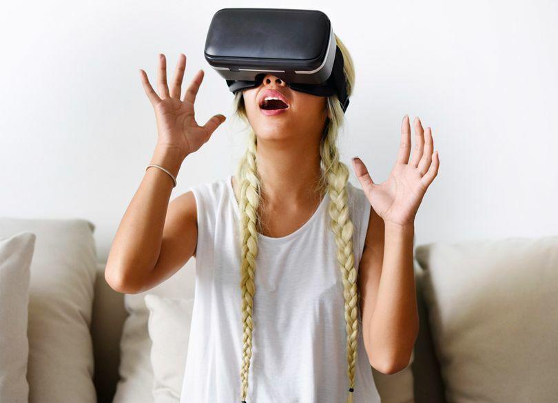 よそ見をダメ出しする「VR」英会話体験記 臨場感あふれるゲーム感覚で勉強