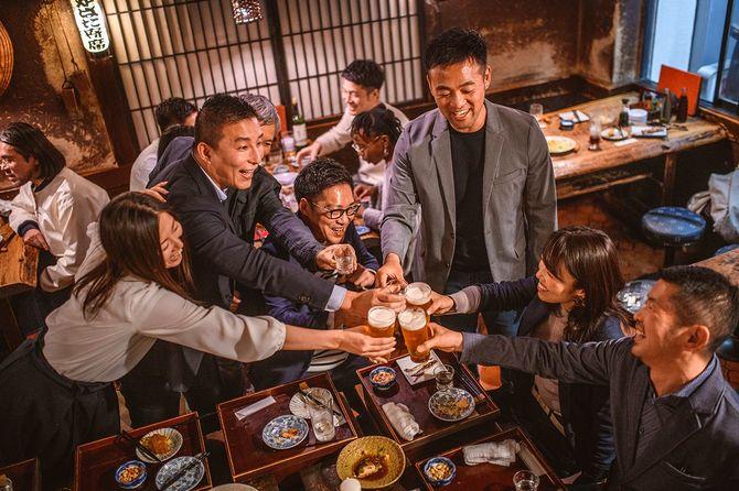 居酒屋で乾杯する日本人