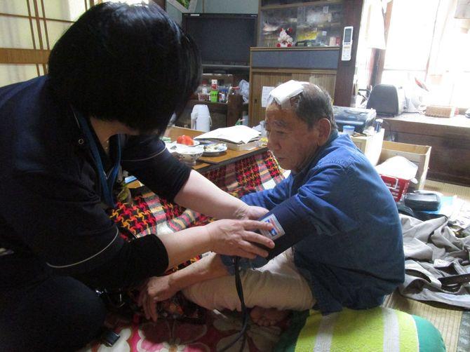 訪問看護師の小畑雅子さんと、88歳で亡くなった加悦隆夫さん