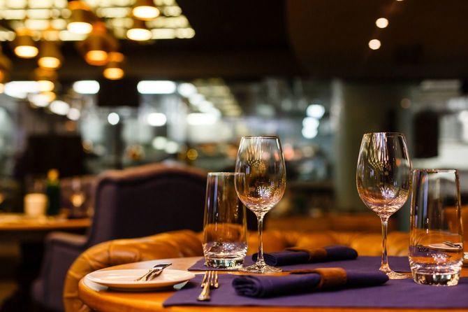 高級なレストランのテーブルに並んだワイングラス