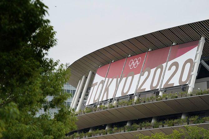 国立競技場に掲げられた「TOKYO2020」の垂れ幕(東京都新宿区)=2021年6月22日