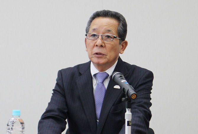 記者会見するトヨタ自動車の河合満副社長(当時)